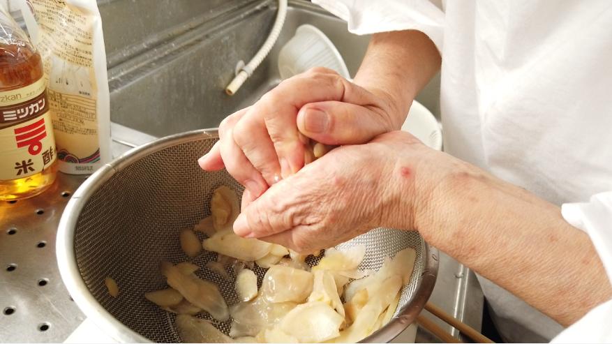 【新生姜の甘酢漬け(ガリ)レシピ】6.10分ほどたったら、しっかりと新生姜の水分をしぼります。