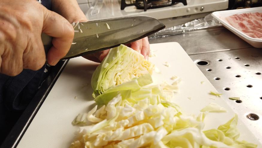 【焼きそばレシピ】1.全ての材料(キャベツをざく切り、人参を短冊切り、玉ねぎを薄切り、豚肉を食べやすい大きさ)を切ります。