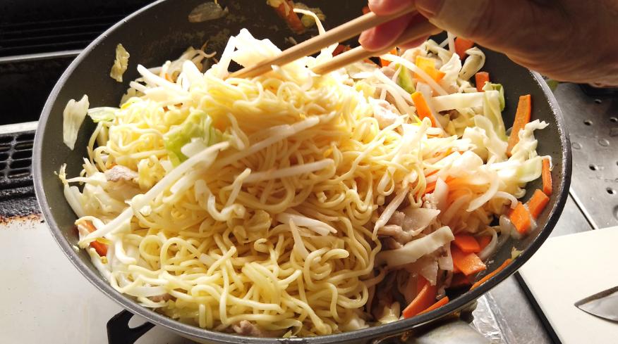 【焼きそばレシピ】3.野菜がしんなりしたら、中華麺ともやしを入れて、ほぐし炒めます。
