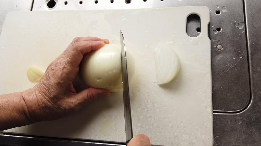 【牛丼レシピ】1.下ごしらえ。玉ねぎをくし切りにします。