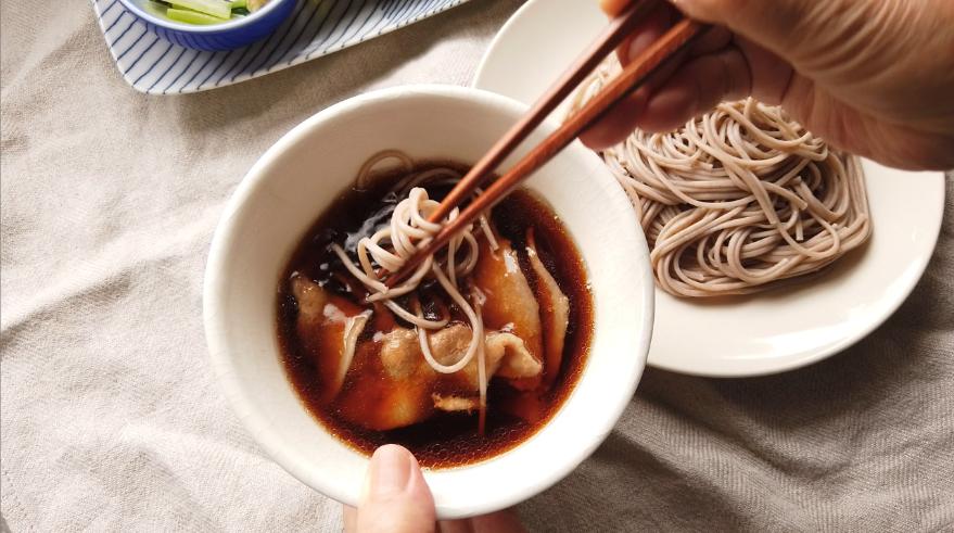 【肉汁つけ蕎麦レシピ】5.えごま蕎麦を盛りつけ、熱々の肉汁につけて食べます。