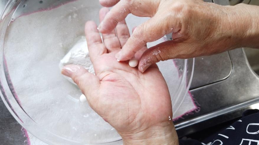 【寒ざらしレシピ】4.小さく丸め、沸騰したお湯の中に入れて茹でます。(かんざらしは白玉を小さくするのがポイントで蜜に絡みやすくなります)