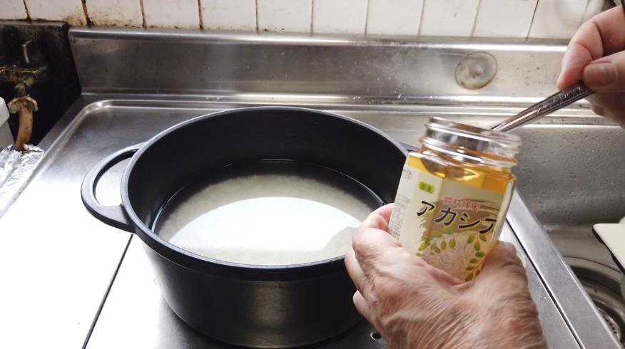 【さつまいもごはんの作り方】1.米を洗ってしっかり水けをきり、鍋に米を入れて、酒と水、はちみつを加えて、30分浸水させます。