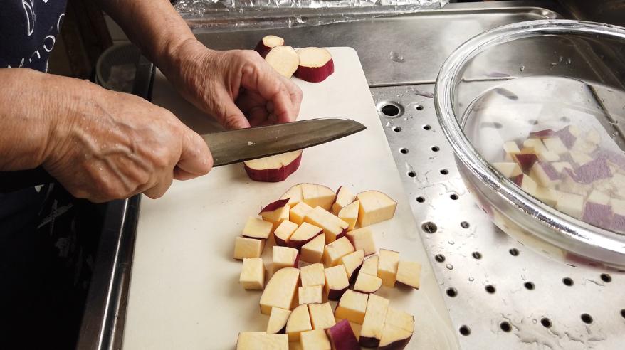 【さつまいもごはんの作り方】2.さつま芋をよく洗い、皮付きのまま1センチほどのサイコロ上に切り、水にさらした後、水気をよく切っておきます。