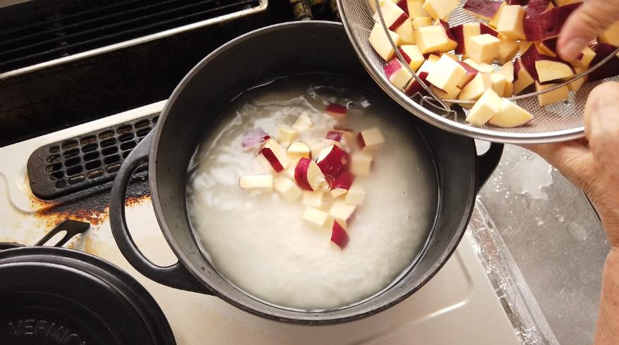 【さつまいもごはんの作り方】3.鍋に塩を入れ、ひと混ぜして、さつま芋をのせます。
