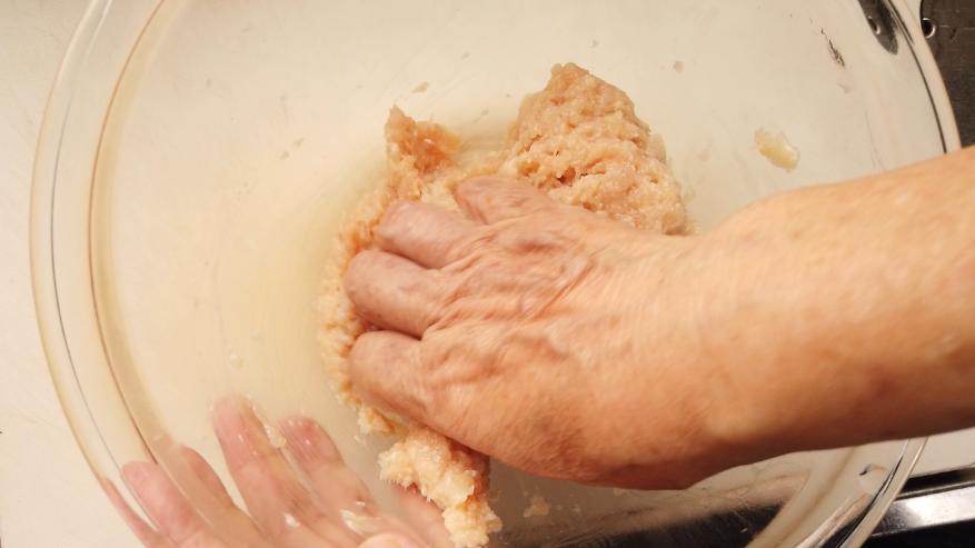【れんこんの鶏つくねレシピ】2.ボウルに鶏ひき肉とれんこん、醤油、酒、みりん、片栗粉、パン粉を入れたら、手で粘りが出るまでよくこね、たねを作ります。