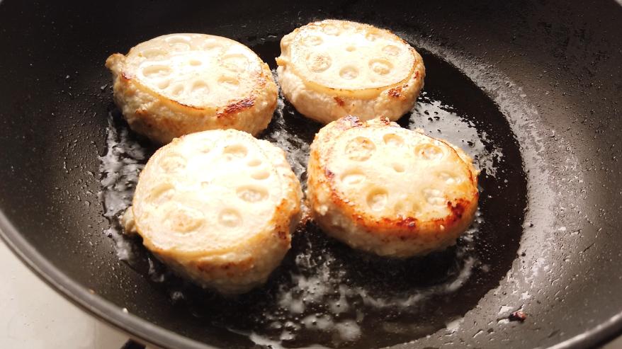 【れんこんの鶏つくねレシピ】4.フライパンに油を敷いて、レンコンの輪切りの面を下にして焼きはじめ、両面にこんがり焼き目をついたら、弱火にして、蓋をして蒸し焼きにします。串で刺して肉汁が出てきたら火が通っているサイン!
