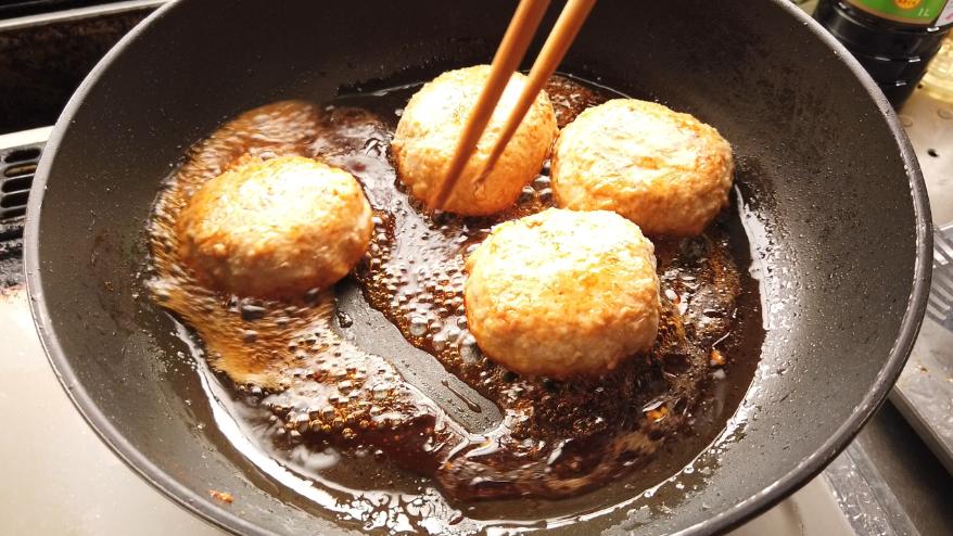 【れんこんの鶏つくねレシピ】5.醤油・砂糖・酒・酢を混ぜ合わせて、ひと煮立ちさせ、水溶き片栗粉を入れてとろみをつけます。