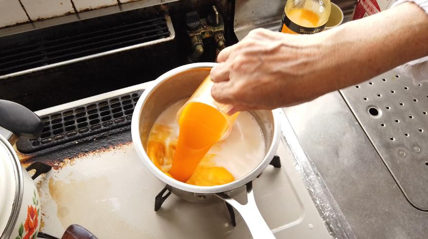 【マンゴープリンレシピ】4.マンゴードリンクを加え混ぜます。