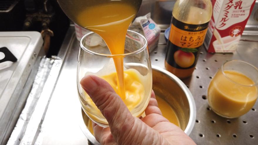 【マンゴープリンレシピ】6.器に注ぎ、冷蔵庫で2時間ほど冷やします。