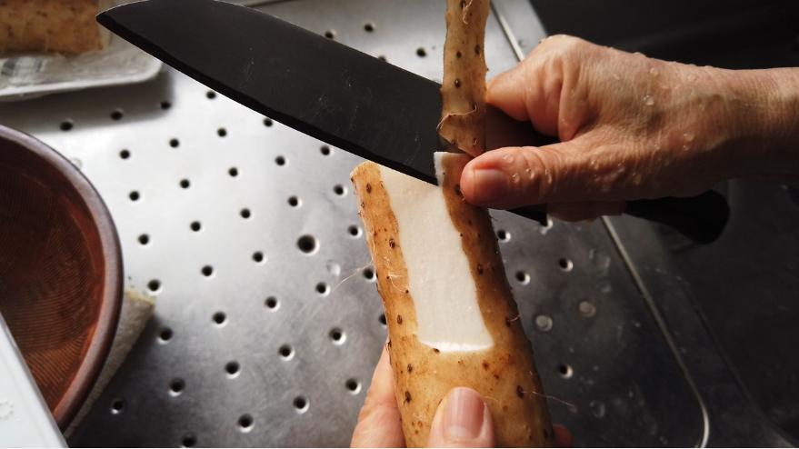 【月見とろろ蕎麦の作り方】1.長芋を擦ります。