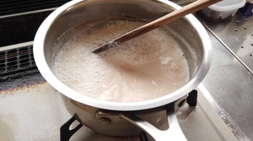 【栗のミルクジャムの作り方】2.鍋に栗の渋皮煮シロップと牛乳を入れて、中火で煮詰めます。途中で吹きこぼれそうになったら、火加減を調節(いったん極とろ火または火を止める)しながら、煮詰めていきます。