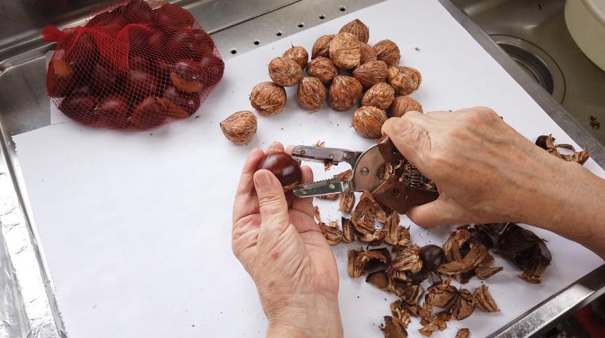 【栗の渋皮煮の作り方】1.栗の皮むき器、を使って栗の外側の固い殻の部分(鬼皮)をむきます。底の部分に切れ目を入れて削りとり、渋皮を取らないように気をつけながら、鬼皮をむきます。