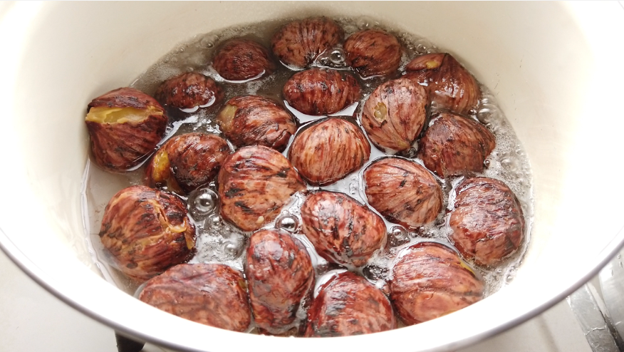 【栗の渋皮煮の作り方】6.ほうろう鍋に少し水を入れて温めてから砂糖(半量)を加えて溶かし、栗を加えます。煮立ったら落し蓋をして弱火にして5分煮ます。