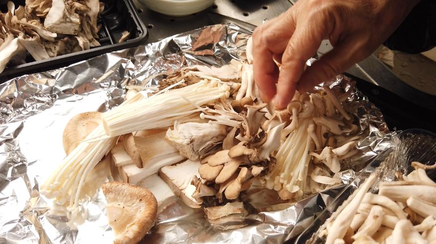 【きのこのホイル焼きレシピ】2.アルミホイルを端を折り曲げて、その中にキノコを入れます。