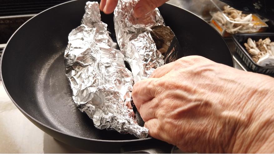 【きのこのホイル焼きレシピ】4.フライパンにのせ、フタをして、フライパンで中火で3分、弱火で5分加熱します。
