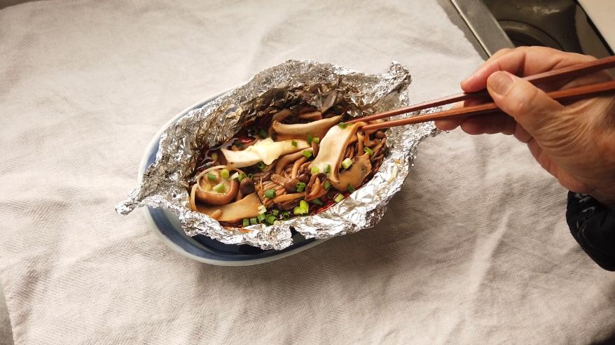 【きのこのホイル焼きレシピ】5.器に盛り付け、刻んだ小ネギ、バターをのせて、出来上がり!
