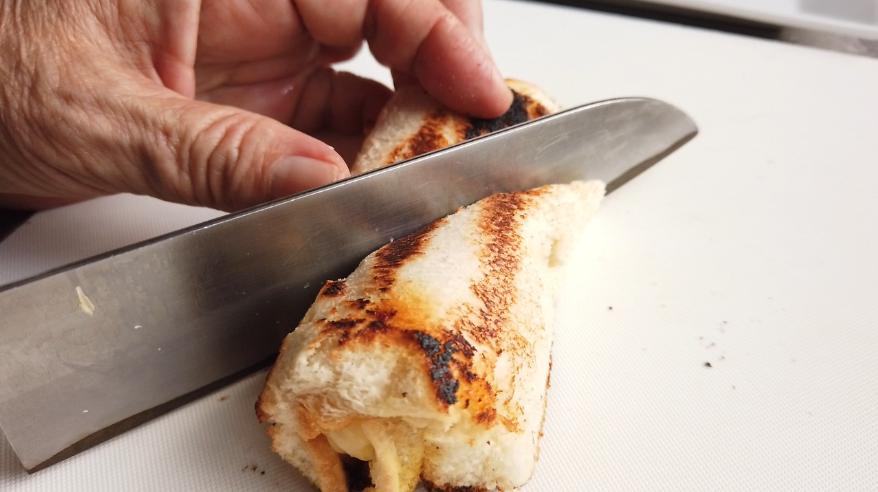 【チーズベーコンハチミツロールレシピ】5.焼き目がついたチーズベーコンハチミツロールを真ん中からカットし、胡椒をかけて出来上がり!