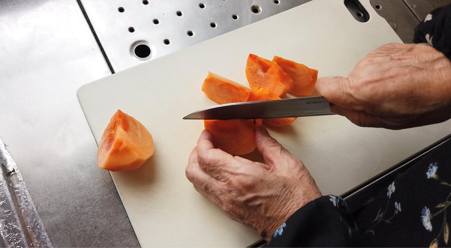 【柿とリンゴのマリネレシピ】1.柿をくし切りにします。