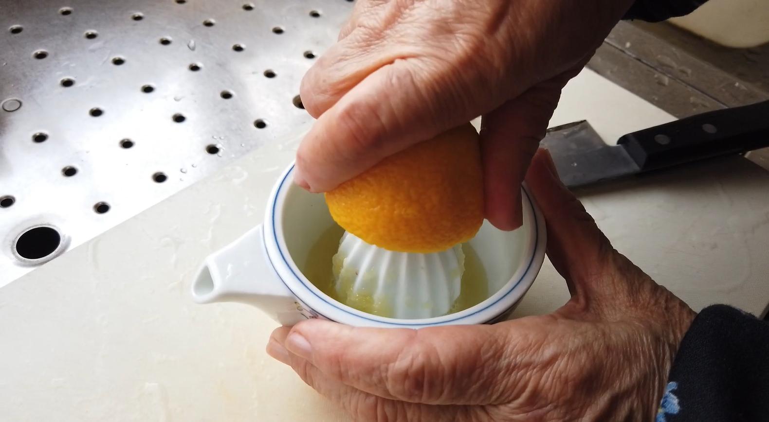 【柿とリンゴのマリネレシピ】2.レモンを搾ります。