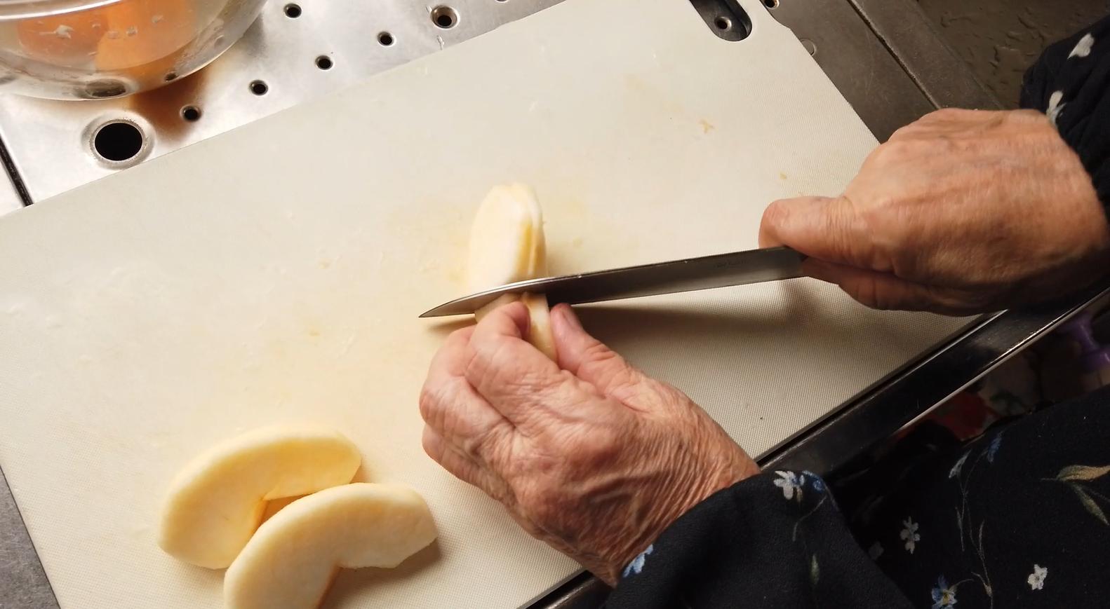 【柿とリンゴのマリネレシピ】4.漬けておいた柿とりんごを食べやすい大きさ(くし切りにしたものを縦横4等分)に切ります。