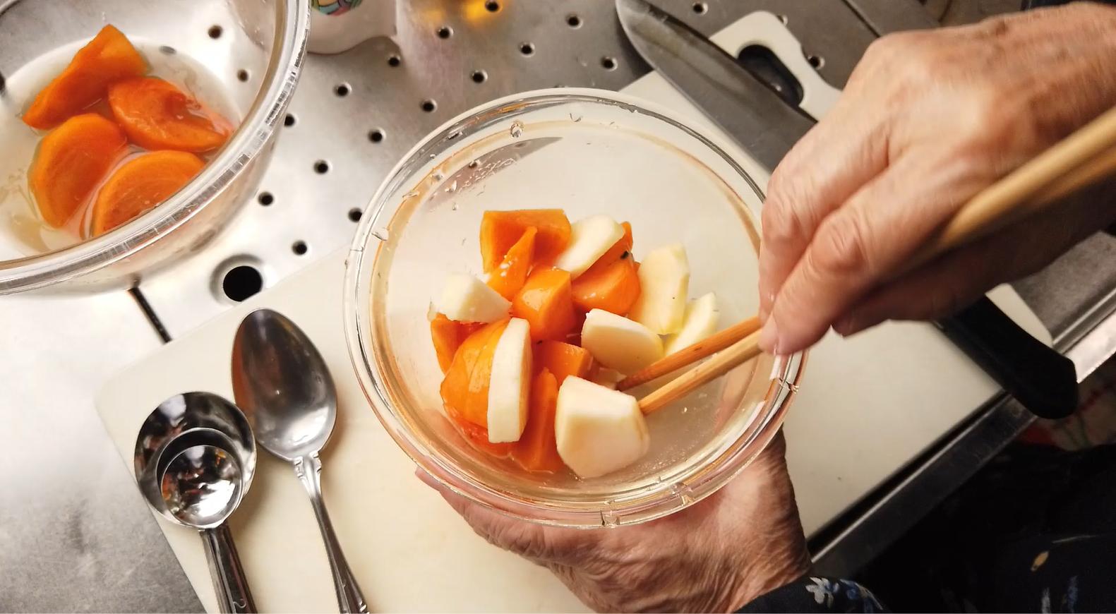 【柿とリンゴのマリネレシピ】5.はちみつ柿レモンのつけ汁、りんご酢、塩を加えて、混ぜたら出来上がり!