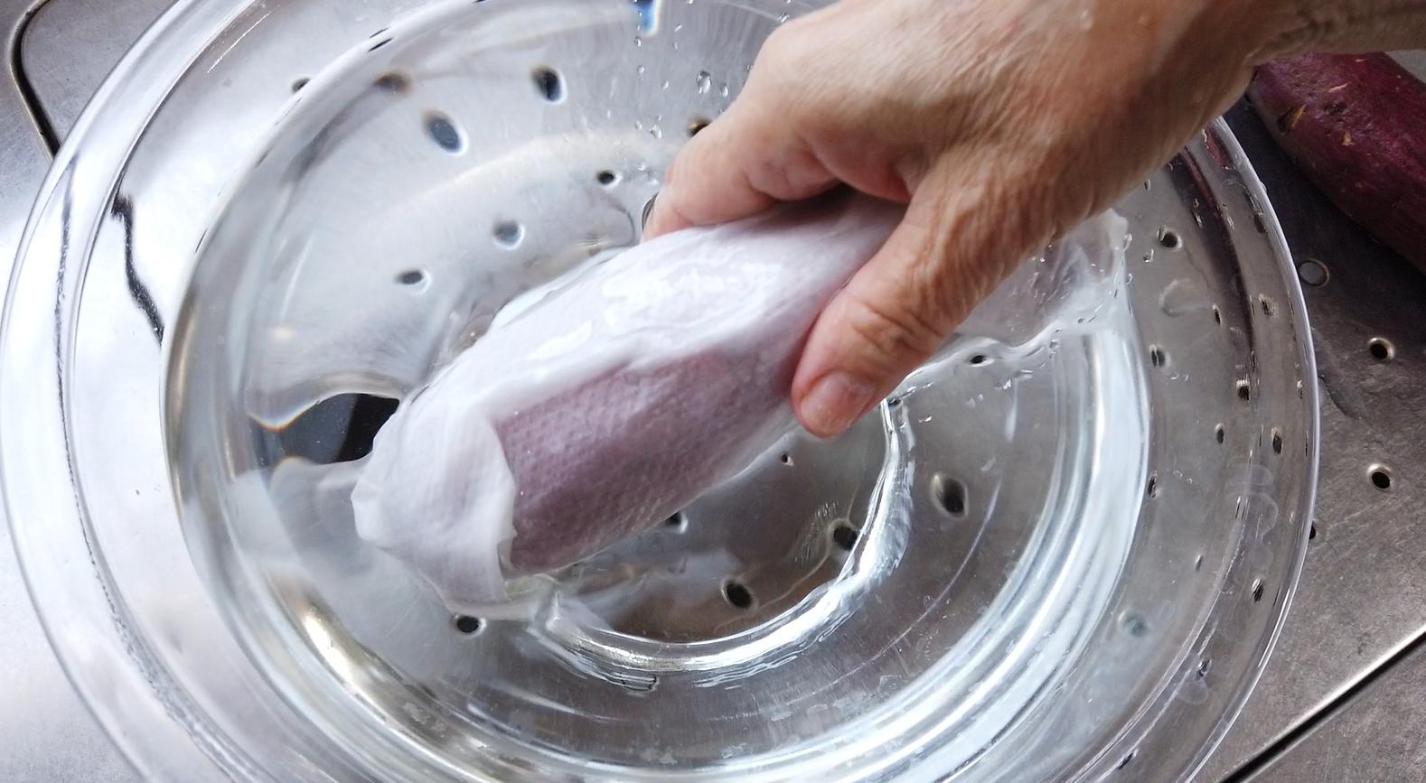 【焼き芋(壺芋)ブリュレレシピ】6.さつま芋を洗ったら、キッチンペーパーを2枚巻きつけ、水に浸します。