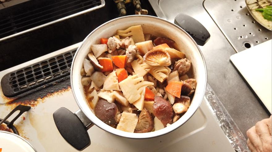 【筑前煮の作り方】12.10分たったら、醤油を加えて、さらに7分ほど煮ます。金串(竹串)で火が通っているかを確認して固いようでしたらもう少し煮込みます。
