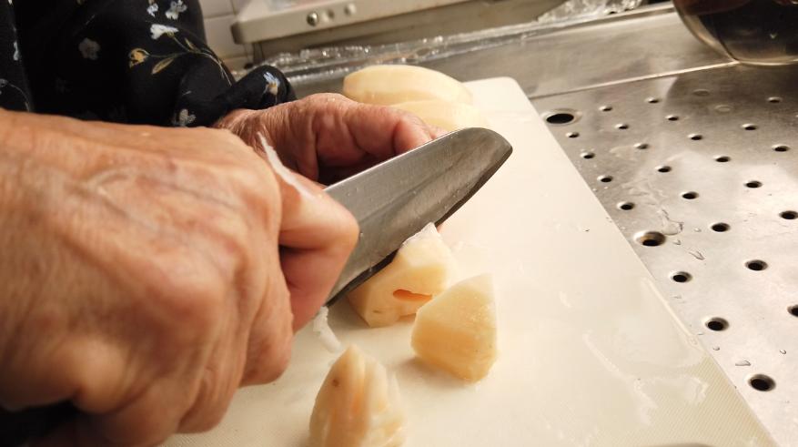 【筑前煮の作り方】3.下ごしらえ。レンコンの皮をむき、乱切りにしたら、酢水に漬けておきます。変色を防ぐためです。