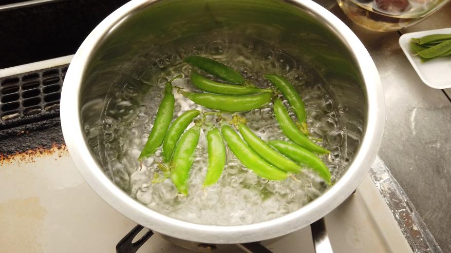 【筑前煮の作り方】6.下ごしらえ。絹さやを塩ゆでして、筋を取り除きます。