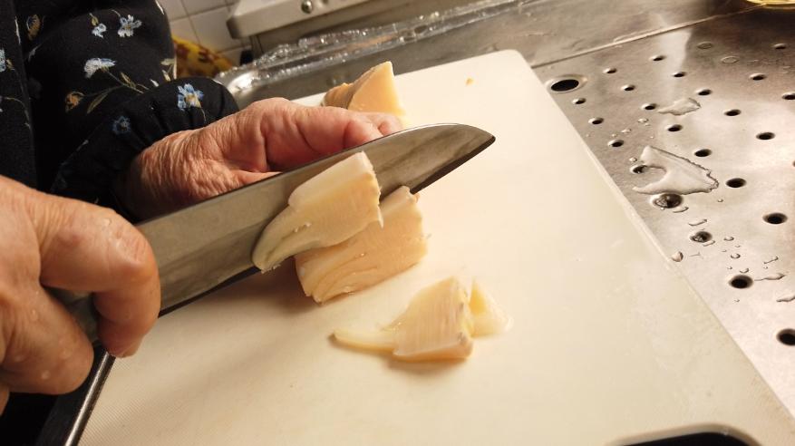 【筑前煮の作り方】8.下ごしらえ。たけのこを食べやすい大きさに切ります。