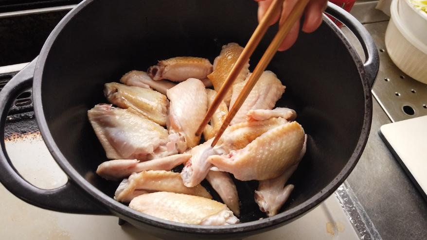 【白菜と手羽先のスープレシピ】3.鍋に油を入れて温めたら、鶏の手羽先を入れて、中火で両面に軽く焼き目をつけます。(ほんのりきつね色になる程度)