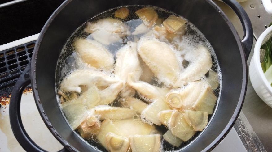 【白菜と手羽先のスープレシピ】5.灰汁を取ったら、弱火で20分煮ます。