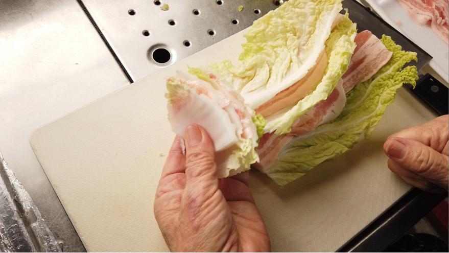 【白菜と豚バラのトマトミルフィーユ鍋レシピ】2.白菜と豚バラを交互にはさみ、4センチほどにカットします。