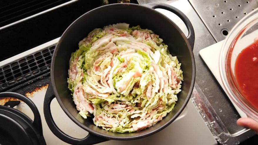 【白菜と豚バラのトマトミルフィーユ鍋】3.切り口(断面)を上にして鍋にぎっしり詰めます。