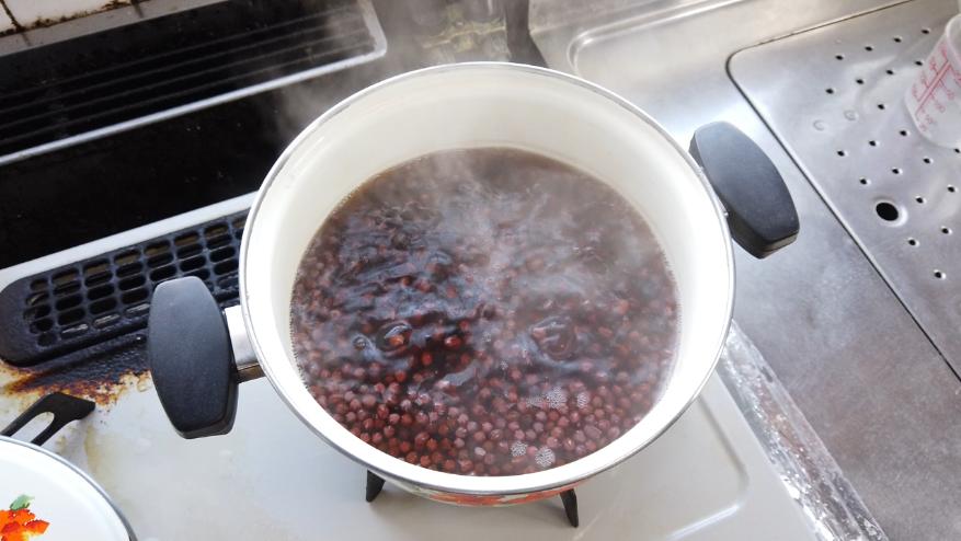【ぜんざいの作り方3-1】3.再び豆の3倍くらいの水を加え強火で沸騰後中火で豆の芯が柔らかくなるまで煮ます。