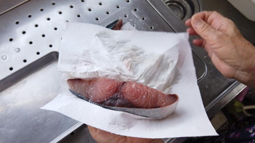 【ぶりの照り焼きレシピ1-2】1.下ごしらえ。ぶりに塩を振り10分から30分置き、その後にキッチンペーパーで水気をふき取り、小麦粉をふるっておきます。献立の副菜として小松菜を食べやすい大きさ(3-4センチ)に切り、フライパンに油を敷いて小松菜を炒め、醤油で味付けして取り出します。