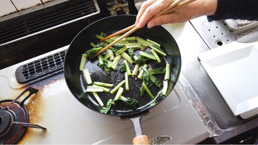 【ぶりの照り焼きレシピ1-4】1.下ごしらえ。ぶりに塩を振り10分から30分置き、その後にキッチンペーパーで水気をふき取り、小麦粉をふるっておきます。献立の副菜として小松菜を食べやすい大きさ(3-4センチ)に切り、フライパンに油を敷いて小松菜を炒め、醤油で味付けして取り出します。