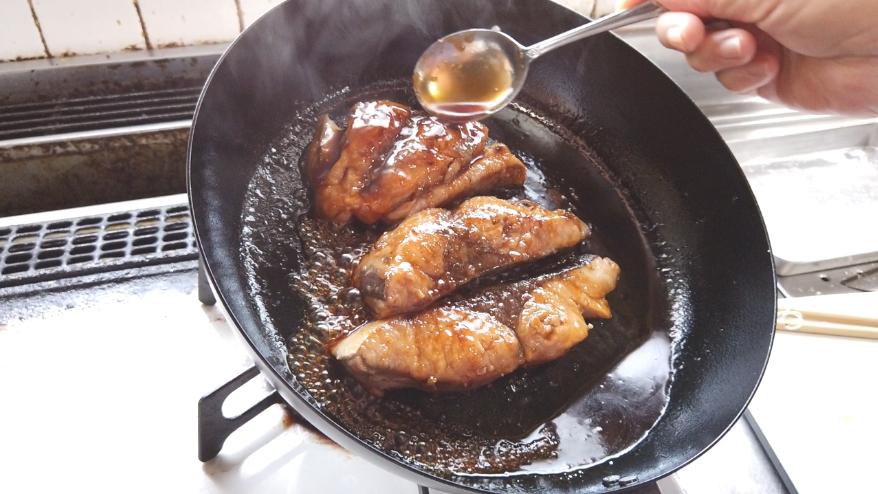 【ぶりの照り焼きレシピ4-2】4.合わせた調味料を加えて、スプーンでぶりにかけながら蒸し焼きにします。最後に照りを出します。