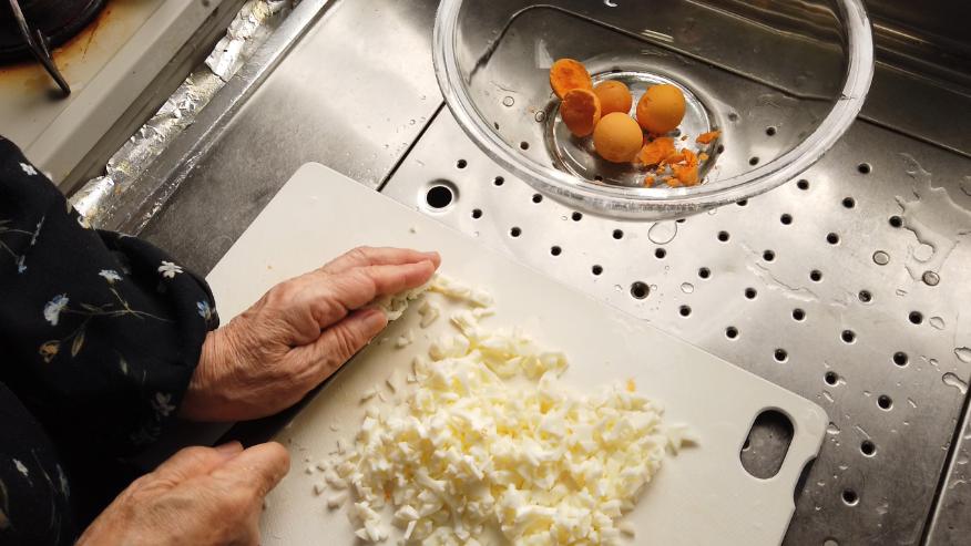 【卵コロッケレシピ2】2.卵は沸騰してから10分加熱し、殻をむいて、ゆで卵を粗みじん切りにします。