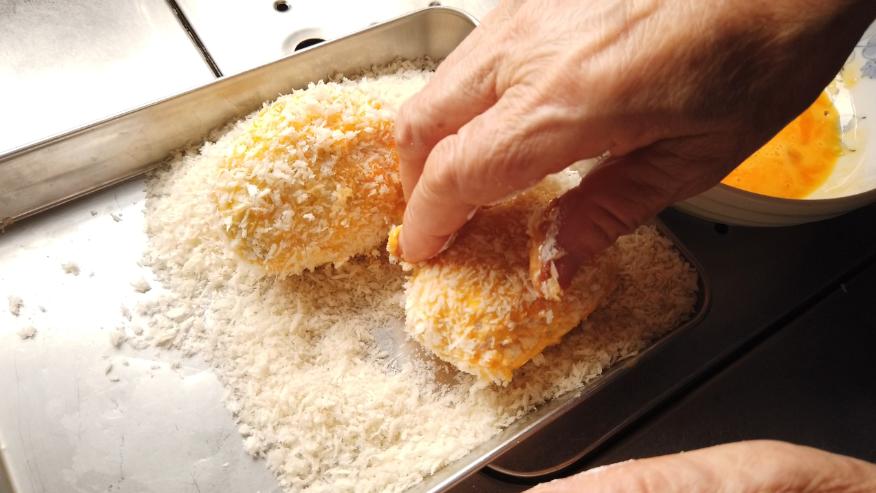 【卵コロッケレシピ4-4】4.成形し、小麦粉、溶き卵、パン粉の順につけて衣をつけます。