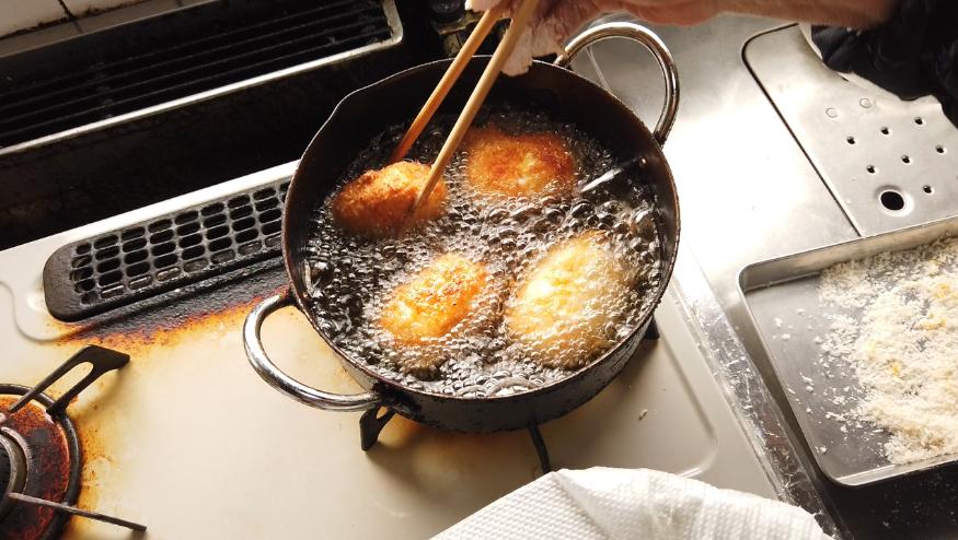 【卵コロッケレシピ5-1】5.鍋に揚げ油を注いで両面を揚げます。(火が通っているので衣に揚げ色がつけばOK)