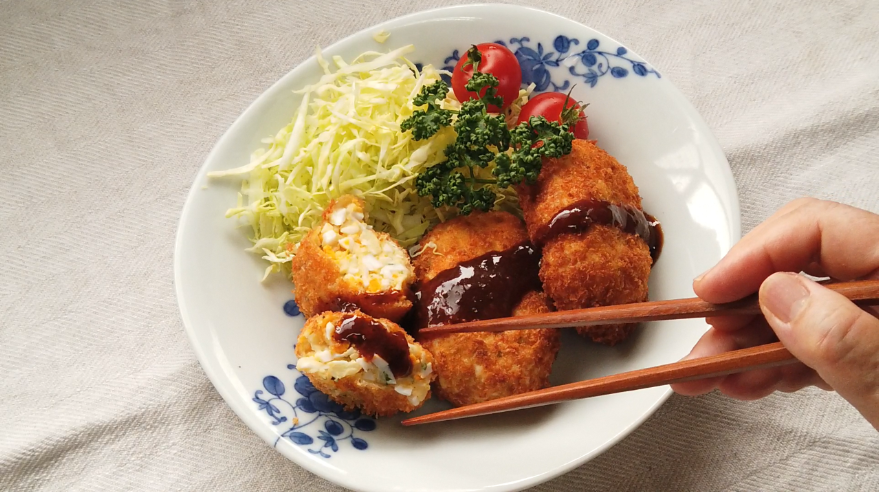 【卵コロッケレシピ6】6.お皿に盛りつけて、キャベツやトマトなどを添え、中濃ソースをかけて出来上がり!