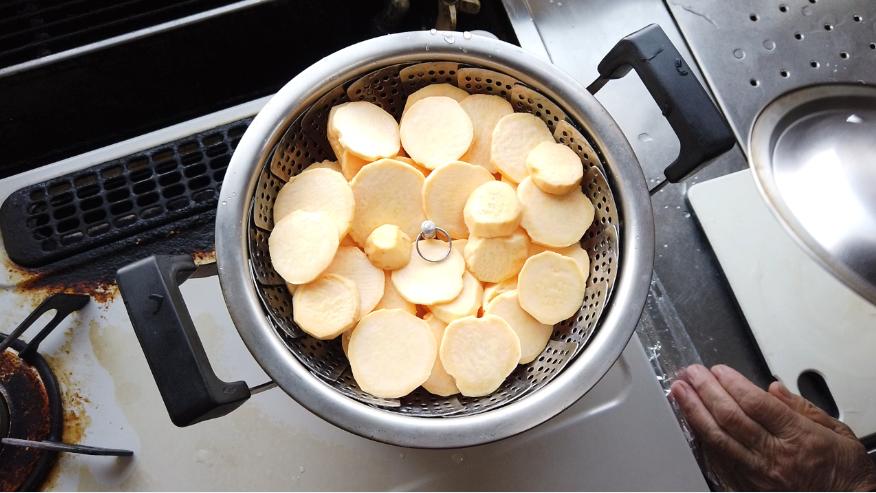 【干し芋の作り方】2.蒸し器でさつまいもを蒸します。