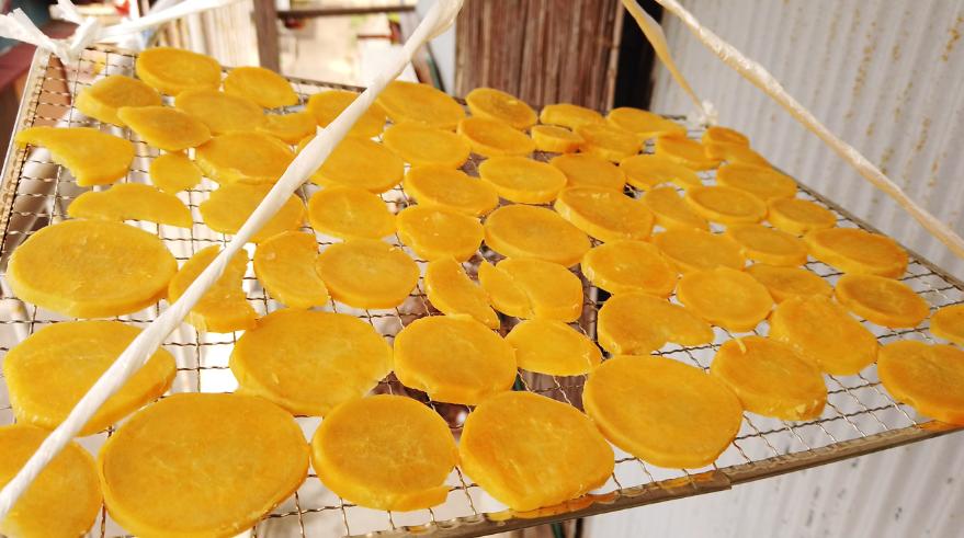 【干し芋の作り方】3.蒸したら、網にのせて1日半から2日ほど干します。