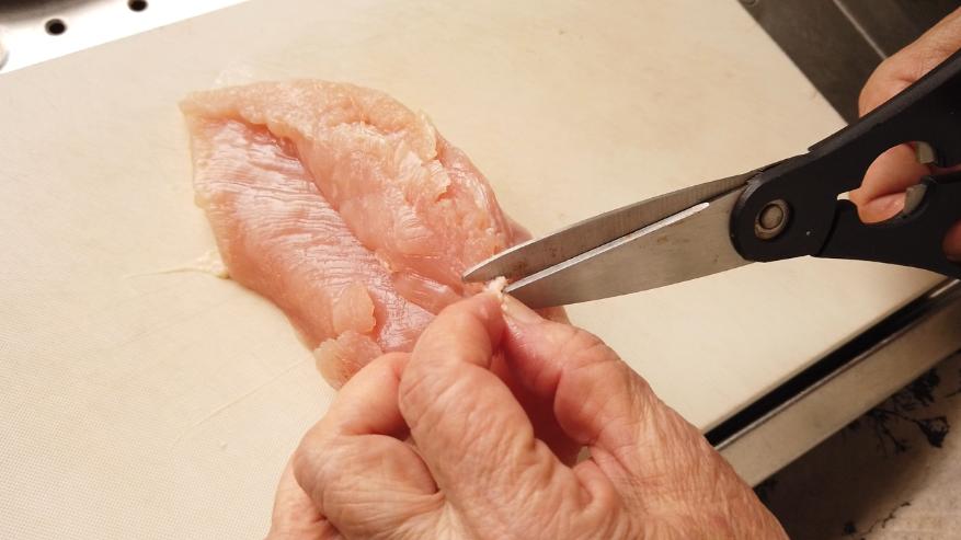 【鶏ハムの作り方1-2】1.下処理。脂(あぶら)と筋(すじ)を取り除きます。