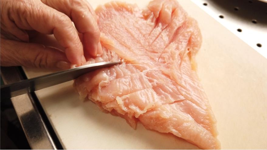 【鶏ハムの作り方1-4】1.下処理。全体的に軽く切り込みを入れます。