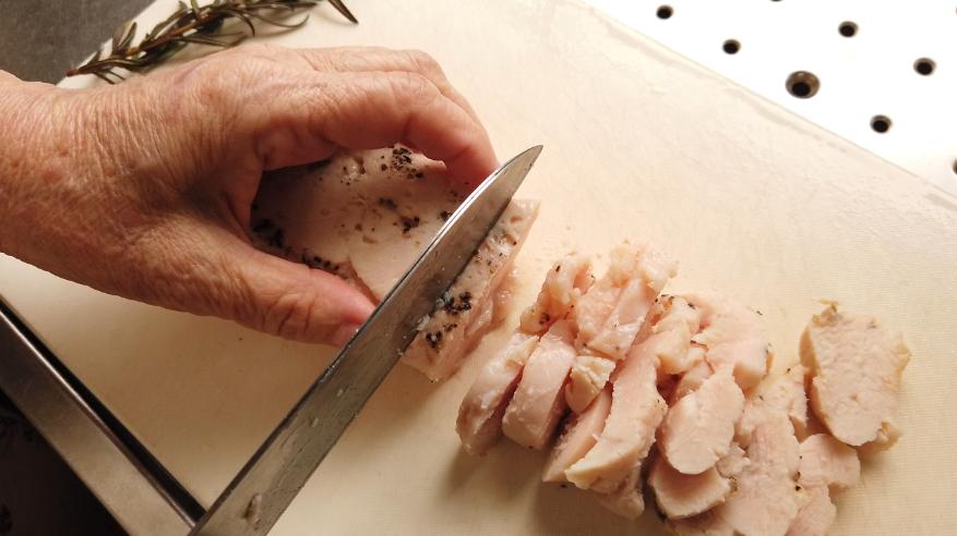 【鶏ハムの作り方4-1】4.4.鶏ハムをスライスし、出来るだけ薄くスライスしたライ麦パンに、鶏ハムと大葉、マスタードを塗ります。