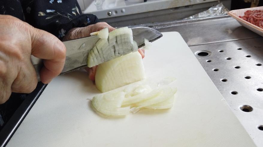 【オムレツレシピ1】1.下ごしらえ。玉ねぎとにんじんをみじん切りにします。