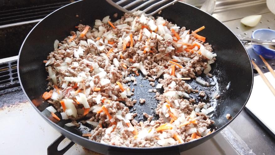 【オムレツレシピ4】4.刻んだ玉ねぎとにんじんを加え、火が通るまで炒めます。